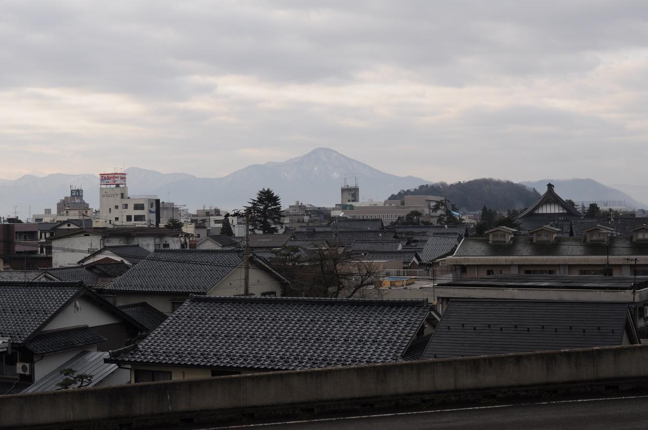 残雪がある日野山