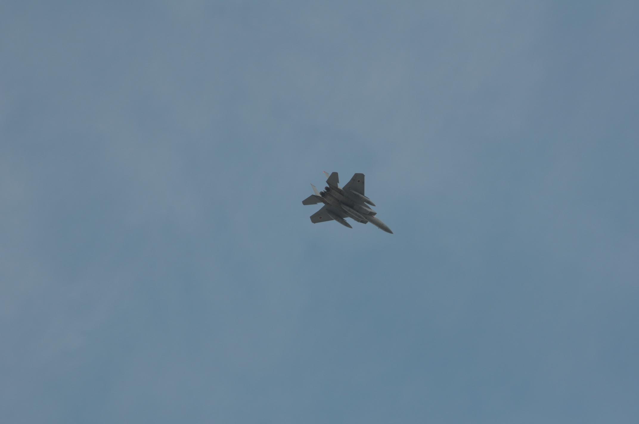 真上のF15-2機目